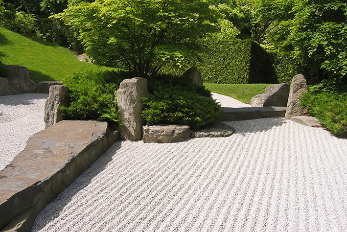 Japanese garden design hedge and stone for Gardens with rocks and stones